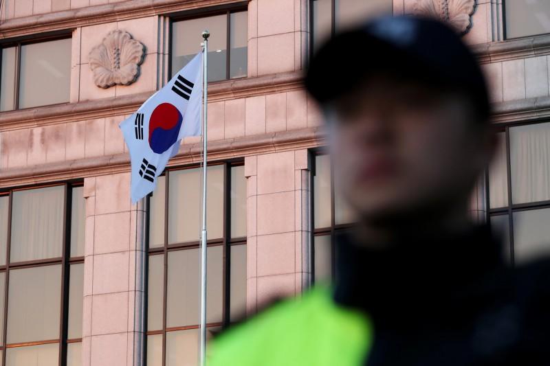 韓國對直系尊親屬的家暴事件頻傳,去年總共有2705人因動手傷害父母或祖父母而被捕,此為韓國警察示意圖。(彭博)