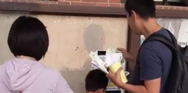 1對中國夫婦帶著孩子到中山大學搞破壞,王定宇得知後相當火大,想將他們驅逐出境。(圖擷取自影片)