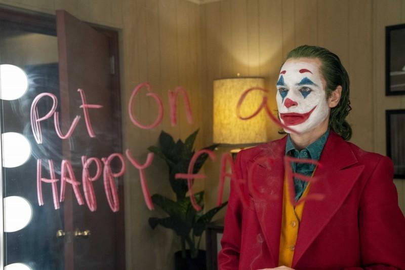 美國軍方針對電影《小丑》發出警告,暗網傳出於美國10月4日上映當天,會有人針對某間電影院發動大規模槍擊,美國許多連鎖影城也決定禁止影迷變裝進場。(華納提供)