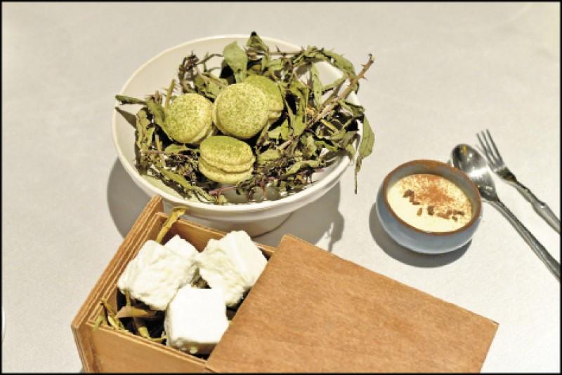 餐後點心有芒果青棉花糖(前)、刺蔥馬卡龍夾鴨肝醬餡(左後),以及撒有屏東可可的月桃籽布丁(右後)。(記者許麗娟/攝影)