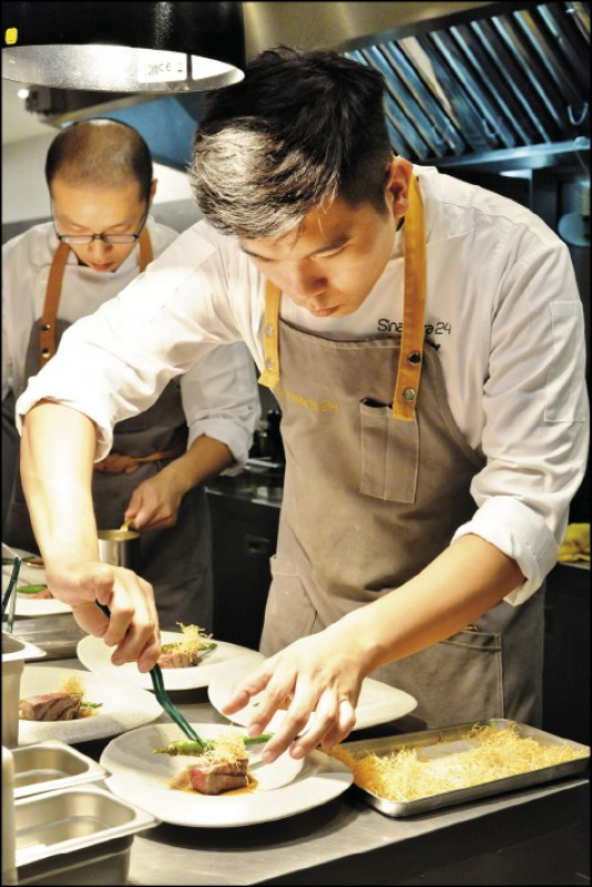 79年次的主廚楊柏偉,曾在法國馬賽的米其林3星餐廳工作,為了想做自己的料理,選擇回台在台東長濱的Sinasera 24擔任主廚。(記者許麗娟/攝影)