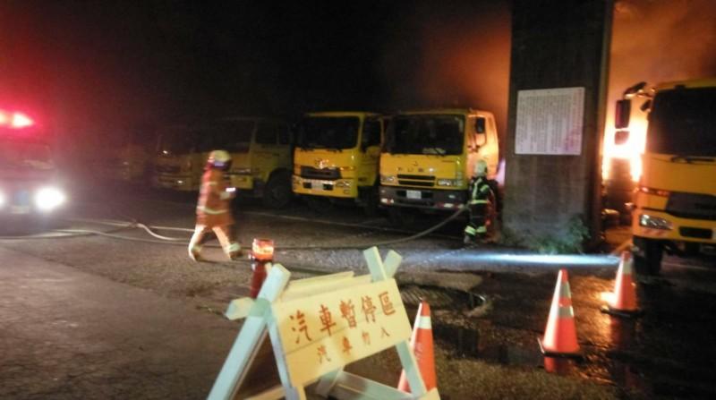 桃園市平鎮區公所旁垃圾車停放處凌晨驚傳火警。(記者許倬勛翻攝)