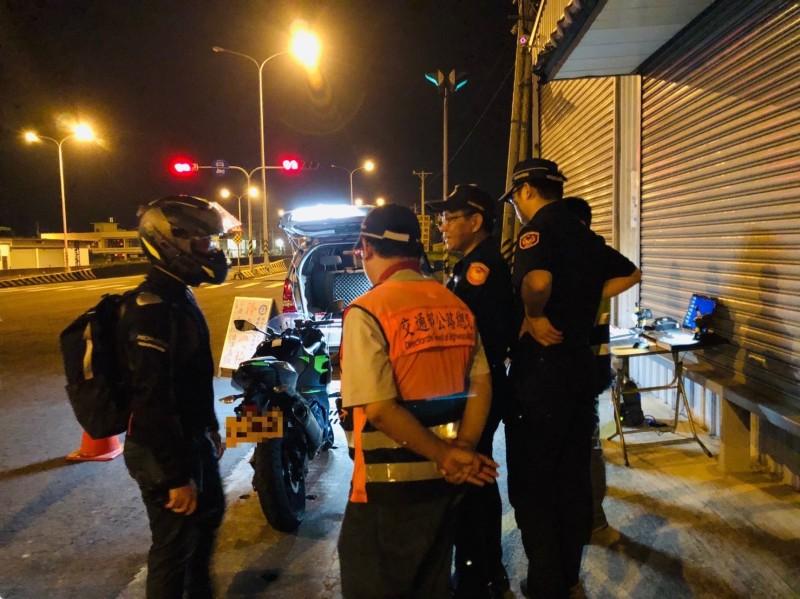 新竹縣警環監27日在西濱公路一段鳳山溪橋路段設置攔檢點聯合稽查,除告發1輛機車排氣管改裝噪音檢測不合格,另有2輛汽車被要求應到環保局臨時檢驗。 (記者廖雪茹翻攝)