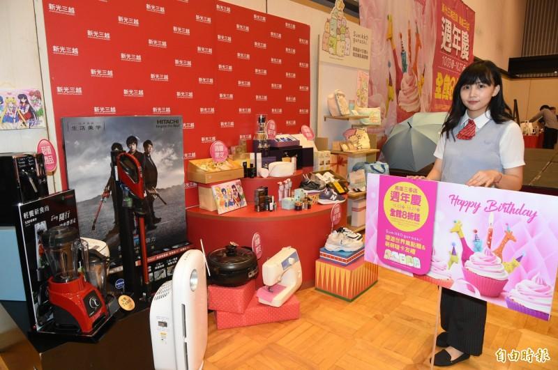 新光三越三多店週年慶推出近百樣「線上」商品,提供民眾線上購買。(記者張忠義攝)