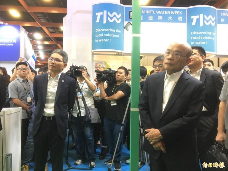 行政院長蘇貞昌在水利署長賴建信陪同下參觀台灣國際水週。(記者楊綿傑攝)