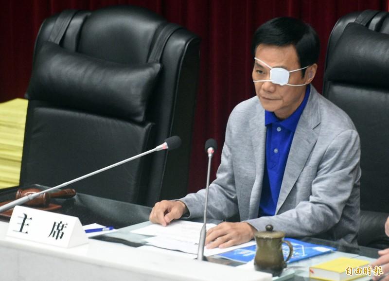 高市議員黃文益在質詢時,遭議長許崑源(見圖)教訓「講話太大聲」、「作秀作過頭」。(記者張忠義攝)