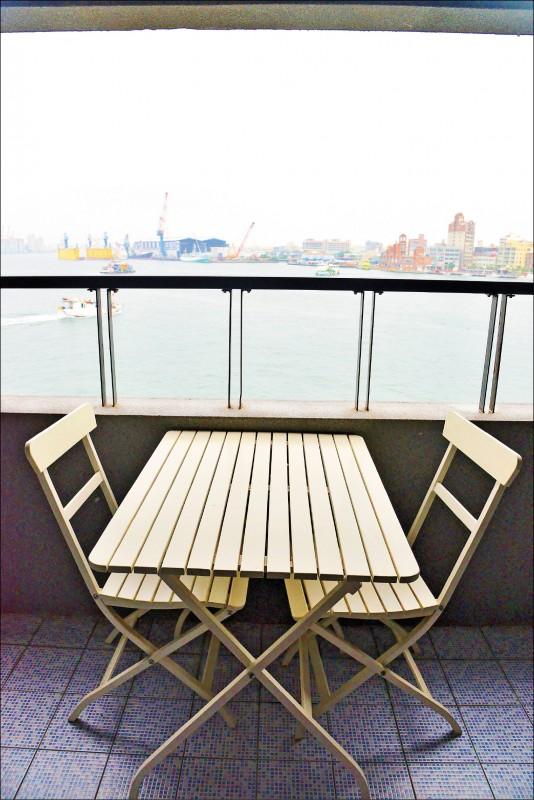 樂遊海景雙床房,可坐看鼓山哨船頭與旗津景致的陽台,在房內就可親近海灣美景。(記者許麗娟/攝影)