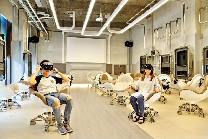 360影廳設計充滿科技感,可坐在沙發蛋椅透過VR頭顯進入電影中的奇幻場景。(記者許麗娟/攝影)