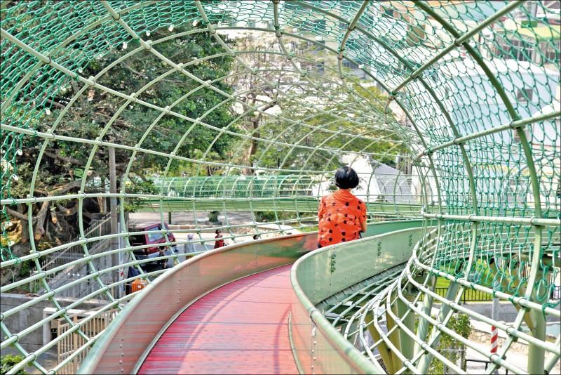 時空廊道溜滑梯採滾輪式設計,全長79公尺,滑一次約45秒。(記者許麗娟/攝影)