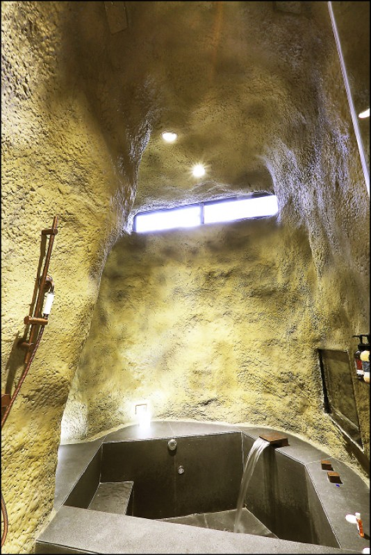 每間房都有按摩浴缸,且浴缸旁還有「管路清潔開關」,房客可以隨時清潔按摩浴缸內循環管路。(記者李惠洲/攝影)