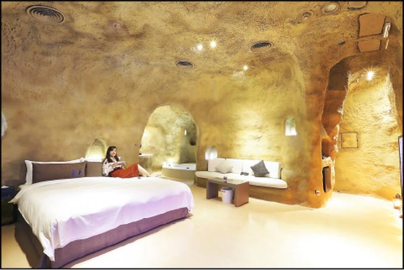 山頂洞穴(原始系列)平日4,680元、假日5,880元休息(3小時)1,380元, 用水泥在室內打造出洞穴屋,小窟窿的意象取代線條方正的門、置物架等隔間,讓自然、原始風格完整呈現。(記者李惠洲/攝影)