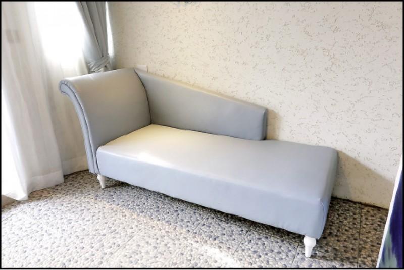 多數汽旅多無加床服務,但極光情境旅館部分房型本身就有附沙發床,提供2人以上的房客入住。(記者李惠洲/攝影)