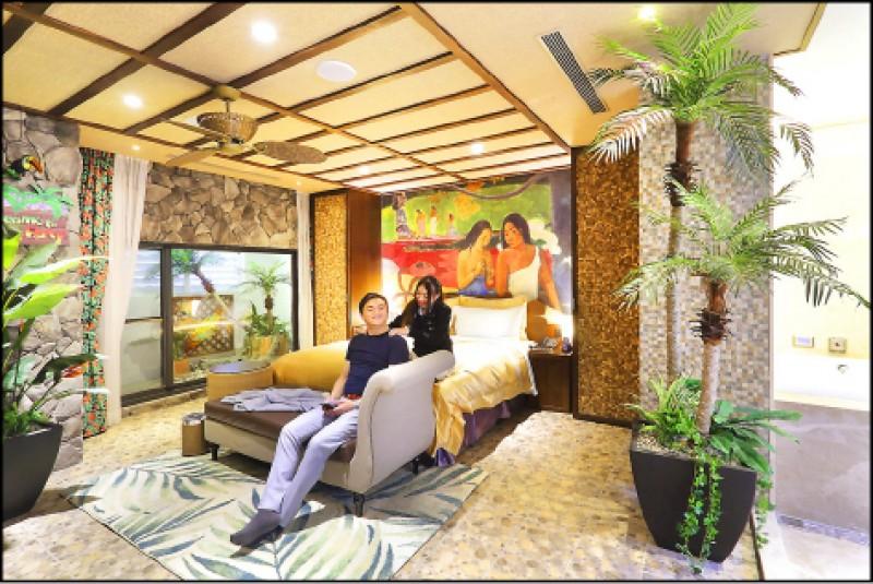 火努魯魯(傳說系列)/平日3,280元、假日4,280元、休息(3小時)1,180元,溫暖的色調、花香飄逸的空間,還設有躺椅可以曬太陽、泡澡的戶外空間,連牆上掛著的樂器都是可以彈奏的真實烏克麗麗,增加你的夏威夷度假感。(記者李惠洲/攝影)