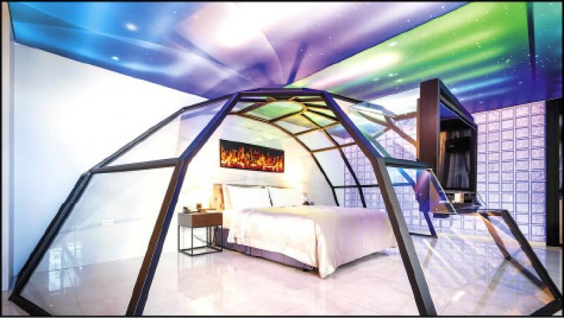 極光屋(歐若拉系列)/平日3,680元、假日4,680元、休息(3小時)1,380元 用玻璃屋罩著床,天花板則是色彩斑斕的光影與星空,四周的牆壁還刻意仿成冰磚牆,讓人在汽旅就能體驗北歐最熱門的極光玻璃屋,享受躺著追極光的樂趣。(極光情境旅館提供)