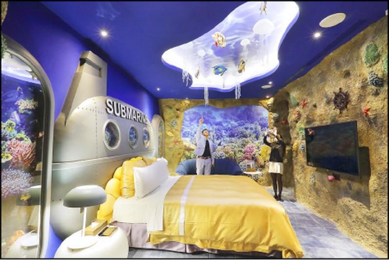 海底世界(極系列)/平日2,880元、假日3,880元、休息(3小時)980元 宛如珊瑚礁的牆面鑲嵌上許多海洋元素及海洋生物,船板則做成潛水艇的設計,潛水艇的窗外則是繽紛的海底世界,天花板上還繪出水波光及掛上海洋生物吊飾,感受四面八方被海底世界圍繞。(記者李惠洲/攝影)