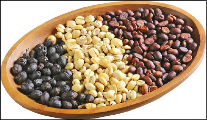 除了風土(氣溫、降雨、日照、風力等條件)因素,皆以阿拉比卡種為主的國姓鄉咖啡豆,每家風味也因後製方式(果實變咖啡豆的過程)不同造就咖啡多變滋味,常見的如日曬豆、水洗豆、蜜處理(圖由左至右)。(記者李惠洲/攝影)