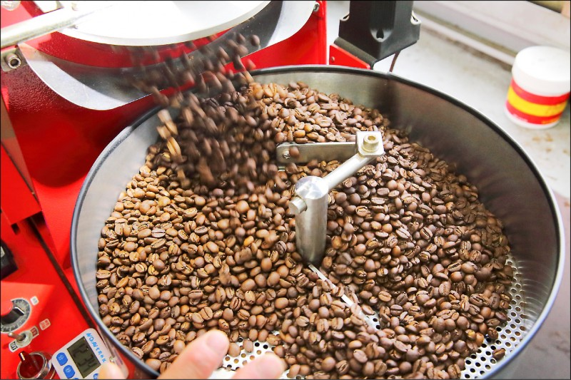 烘豆最重要的就是時間的掌握,下豆要快狠準,不然就會造成同一批豆子烘焙的深淺度不一,影響風味。(記者李惠洲/攝影)