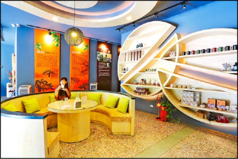 明亮寬敞的空間陳列了咖啡製作說明,除了品咖啡也可以購買咖啡豆、濾掛咖啡等產品。(記者李惠洲/攝影)