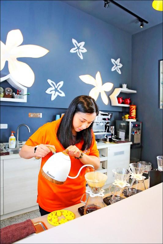 彭婕汝表示,雖本土咖啡香氣不如進口豆,但經後製技術本土咖啡的餘韻更為厚實、圓潤順口。(記者李惠洲/攝影)