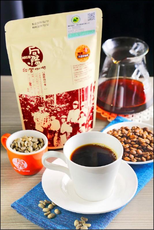 冠軍單品黑咖啡(蜜咖啡)/200元(杯),蜜咖啡為保留咖啡豆外圍的果膠層,曝曬時讓果膠層的糖與酸滲透進咖啡豆中,所以酸甜味明顯,但又不若日曬豆強烈,喝完咖啡後再喝水會覺得水特別甘甜。(記者李惠洲/攝影)