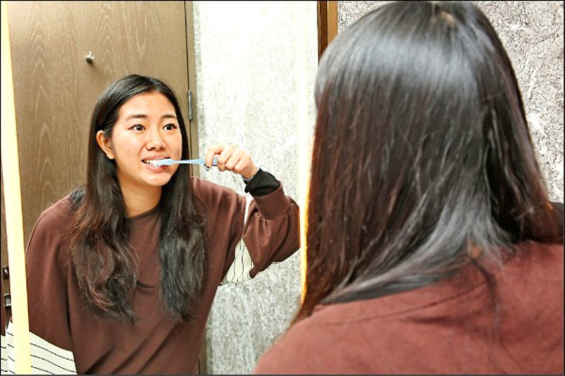 牙醫師朱柏彥說,其實要預防牙齦炎,只要每天刷牙時確實去除牙菌斑、使用牙間刷好好清潔牙齒,或是定期到牙醫診所洗牙即可。(本報資料照)