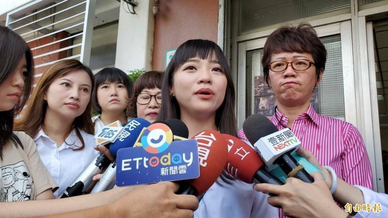 時代力量議員黃捷今赴警局提告韓粉。(記者陳文嬋攝)