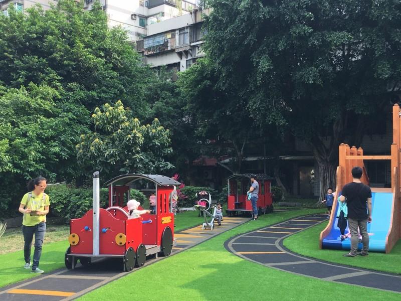 長安公園火車頭造型遊具。(圖由台北市工務局提供)