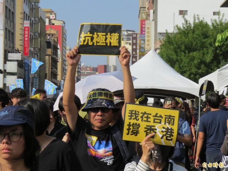 「929抗極權!我在台南撐香港」遊行,民眾參與熱烈。(記者蔡文居攝)