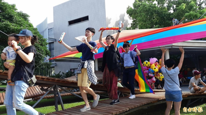 台東美術館廣場今辦彩虹市集,並有小型遊行。(記者黃明堂攝)