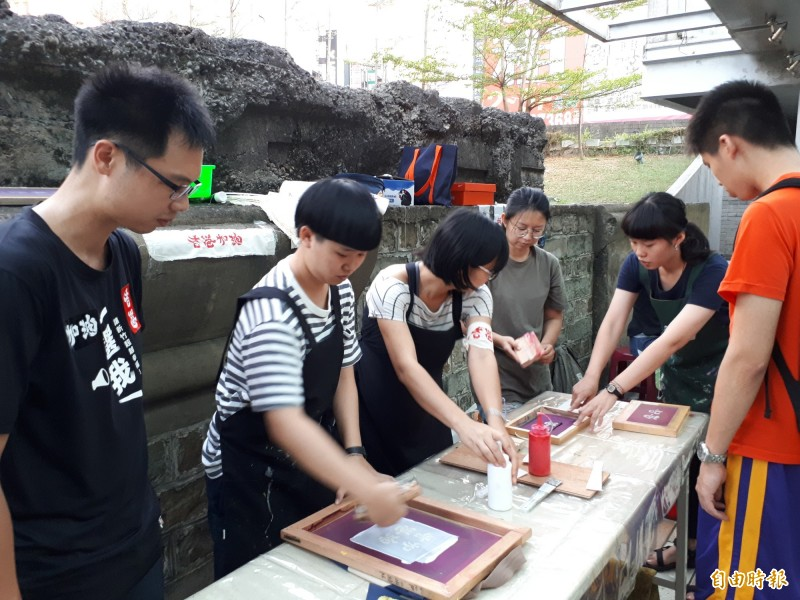 全台大專院校在929發起撐香港的行動,新竹場也在新竹市東門城舉辦「自由,一點都不能少」的聲援行動,透過公民市集的宣導和繫黃絲帶行動等來展現對民主自由的珍惜,同時播放《十年》影片,號召更多人來參與香港反送中的聲援行動。(記者洪美秀攝)