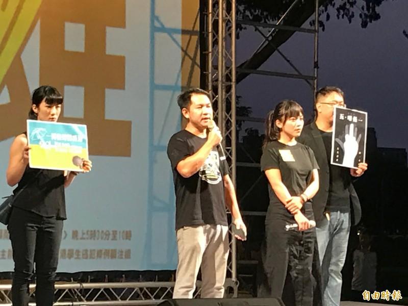 黃捷(右2)現身晚會,台下爆出「韓國瑜垃圾!」為她討公道。(記者洪臣宏攝)