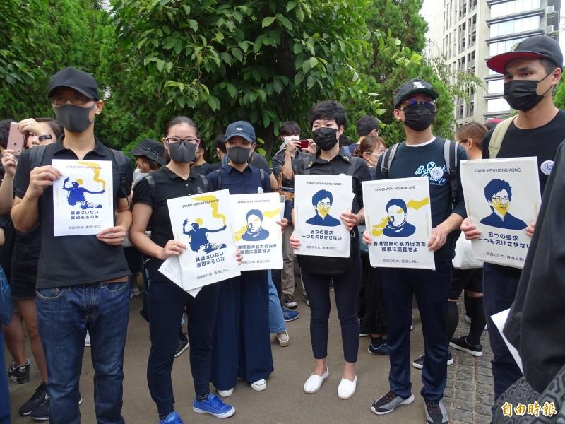 參加遊行的在日港人大都戴上口罩。(記者林翠儀攝)