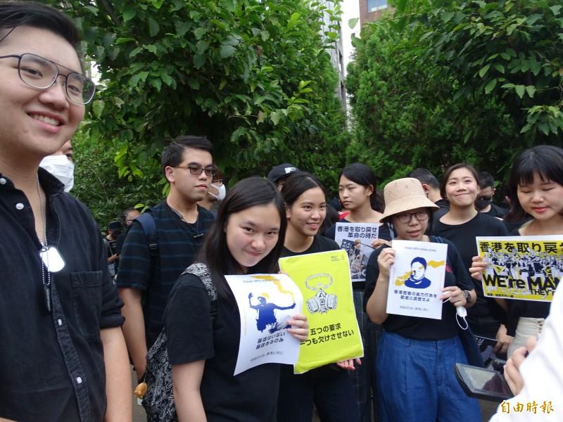 參加遊行的台灣留學生和社會人士全都未戴口罩。(記者林翠儀攝)