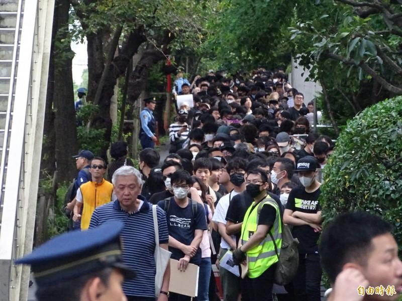 受限日本警方嚴格規定,遊行隊伍必須分數批到香港駐日代表處前進行抗議。(記者林翠儀攝)