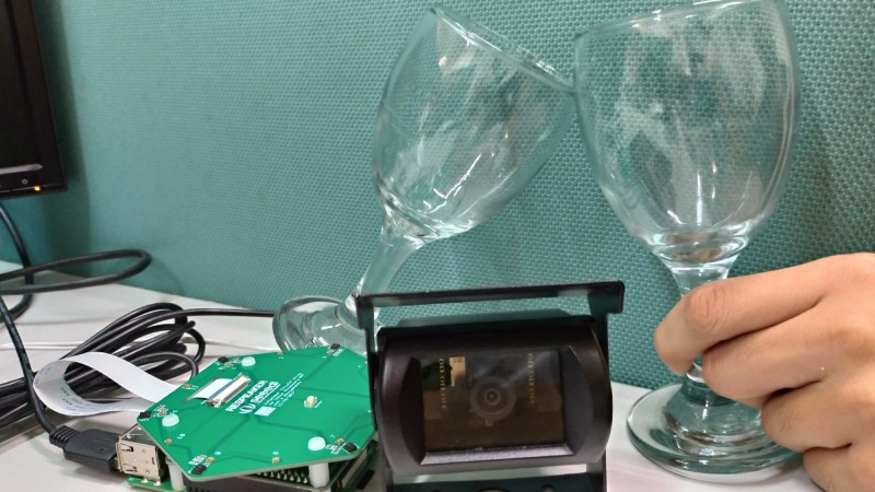 雲林科技大學研發偵測與辨識「乾杯」聲可聲控啟動相機拍照。(中華創新發明學會提供)