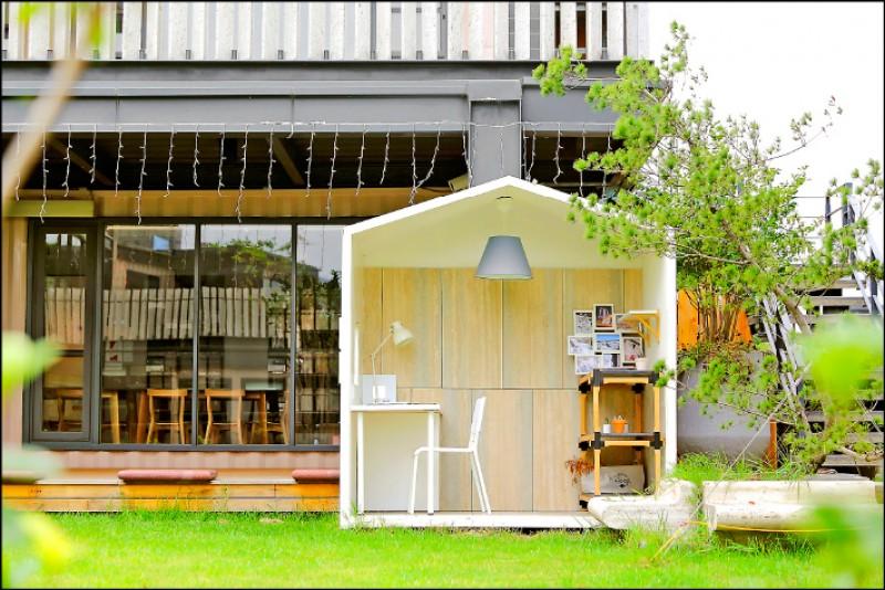 中庭有著大草坪,讓孩子能在這裡玩耍,也擺放著一個一個打造成居家風格的小房子。(記者李惠洲/攝影)