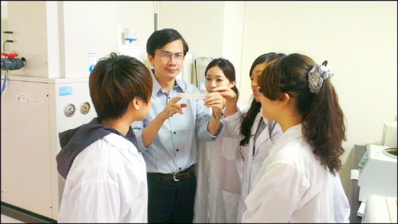 郭俊成教授為了不再做動物實驗,與團隊一起開發出「生物液膜安全檢測技術」。(圖片提供/郭俊成)