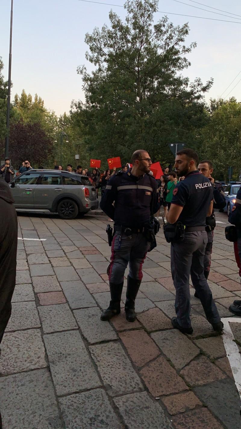 義大利米蘭也有來自香港及台灣的民眾發起遊行,響應「9.29全球反極權遊行」,卻遭一群中國人包圍鬧場,當地警方協助維安。(參與遊行群眾提供)