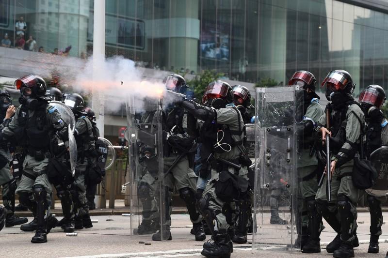 港警於金鐘外發涉多枚催淚彈,水炮車亦出動,警民衝突越發越烈。(法新社)