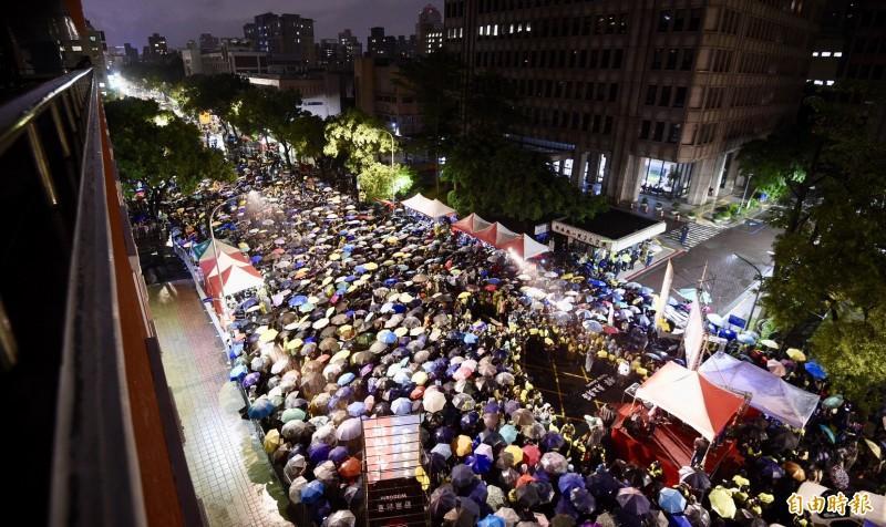 929台港大遊行力挺香港反送中,國民黨總統參選人韓國瑜並未參加,僅透過競選辦公室今發出聲明,指韓國瑜雖未參加此活動,但不代表不支持香港民眾追求自由民主;聲明中也提及,今日香港、不會是明日台灣,不希望有人見獵心喜,圖為台港大遊行隊伍今晚在立法院外冒雨舉辦晚會的畫面。(記者羅沛德攝)