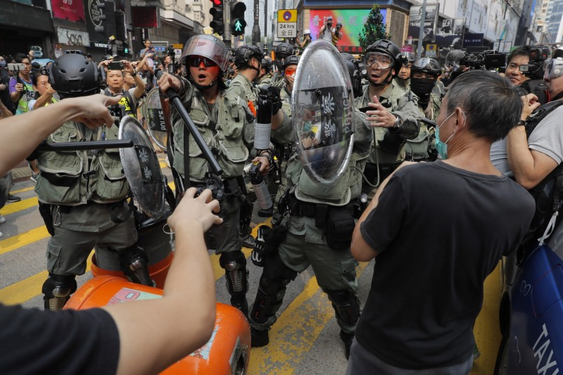 港警不斷截查身穿黑衣的示威者,警民氣氛緊張。(美聯社)