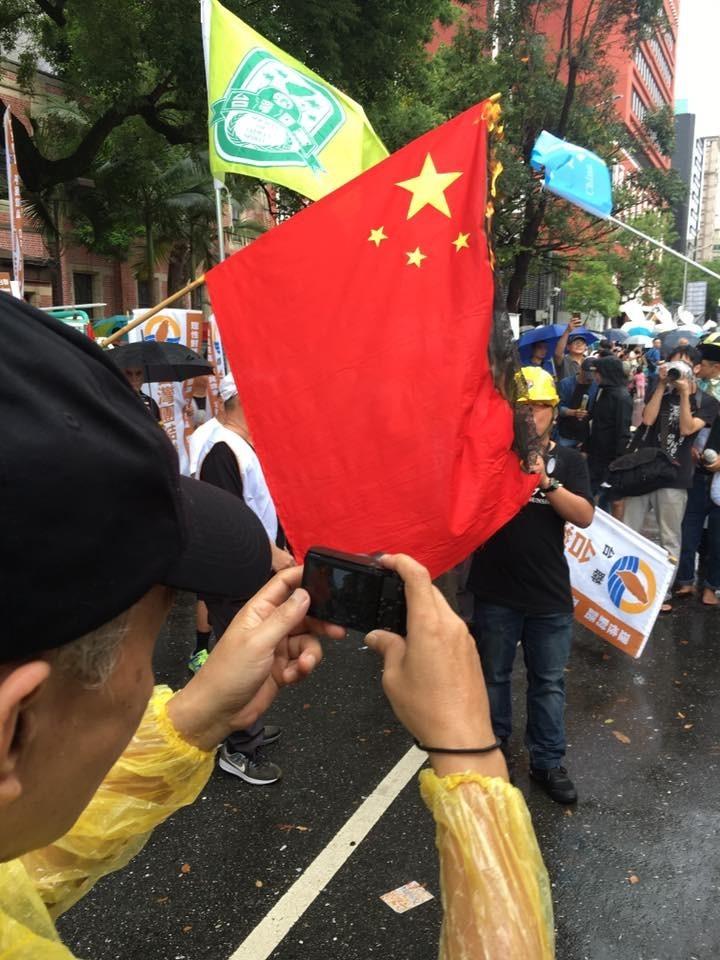 台港遊行現場有民眾焚燒中國五星旗。(翻攝自台灣也有一個騰訊)