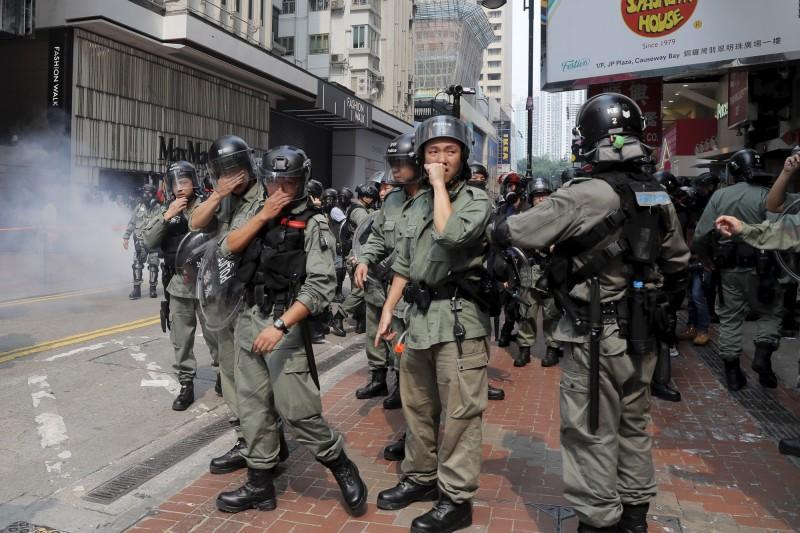 約下午2點25分許,港警於崇光百貨門外施放多枚催淚彈。(美聯社)
