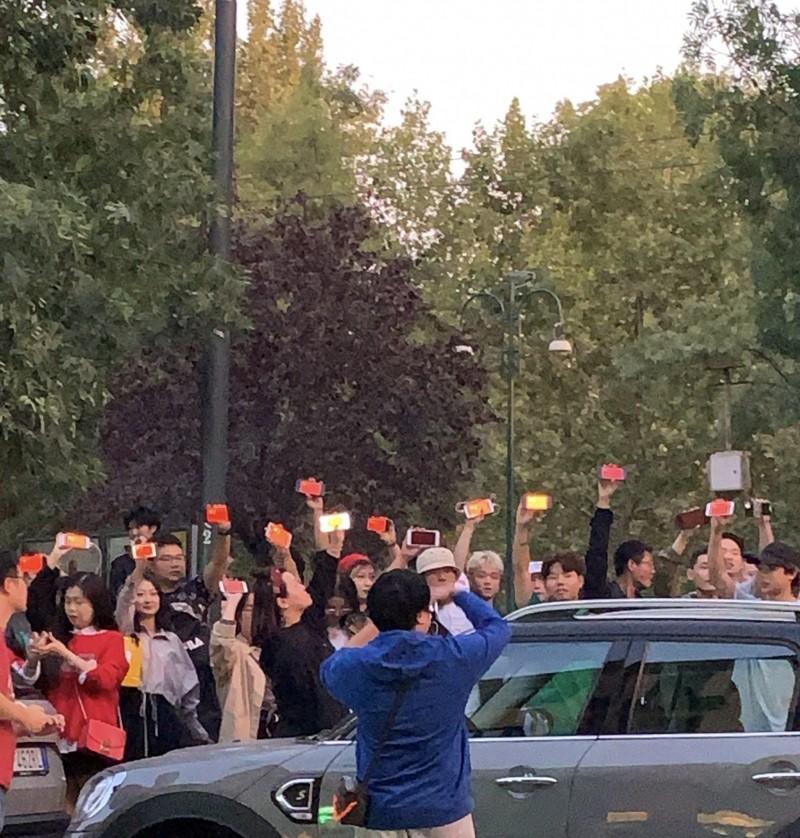 義大利米蘭也有來自香港及台灣的民眾發起遊行,響應「9.29全球反極權遊行」,卻遭一群中國人包圍鬧場。(參與遊行群眾提供)