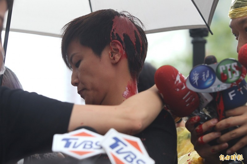 香港歌手何韻詩出席「929台港大遊行:撐港反極權」,在接媒體訪問期間遭人潑紅漆。(記者塗建榮攝)