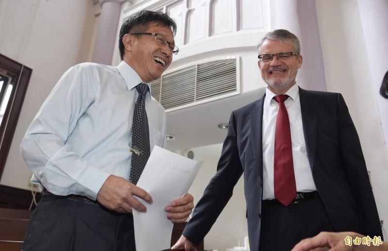 我駐德代表謝志偉(左)呼籲民眾前往連署,讓台灣成為德國國會議題。(資料照)