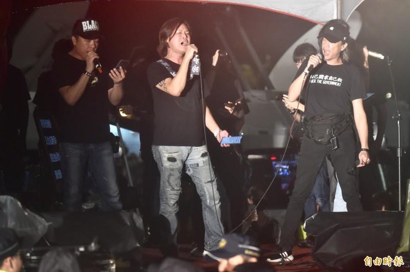 董事長樂團(見圖)今在台北929台港大遊行晚會中登台,演唱「願榮光歸香港」的台語版。(記者塗建榮攝)