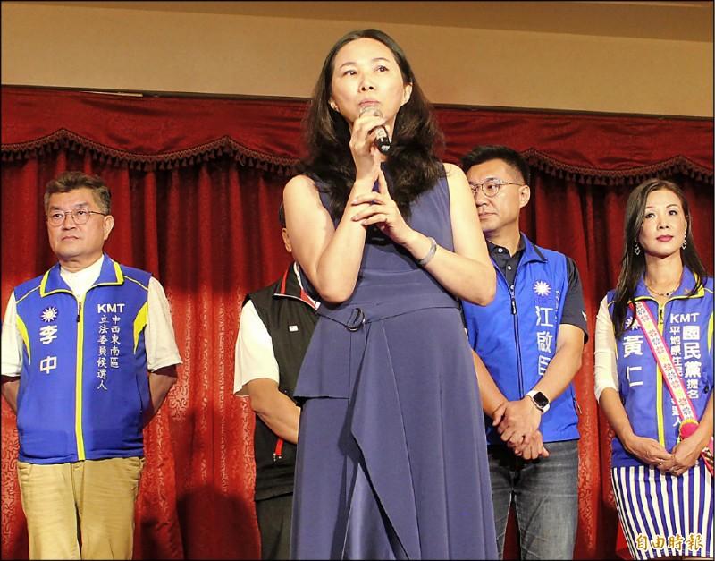 台中市青荷總會昨成立韓國瑜後援會,韓國瑜夫人李佳芬出席致詞表示,歷史上從沒中華民國總統候選人像韓這樣被鋪天蓋地抹黑。(記者張軒哲攝)