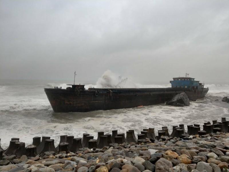 留在原處避颱的幽靈船,被颱風帶來的風浪不斷拍打。(宏棋號賞鯨船解說員簡逢均提供)