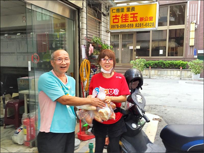 邱大信(左)將食物銀行的食物交給里長,轉贈有需要的弱勢家庭。(邱大信提供)